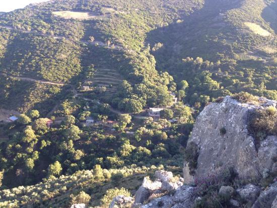Milia, Yunani: Ausblick auf das Bergdorf beim Wandern