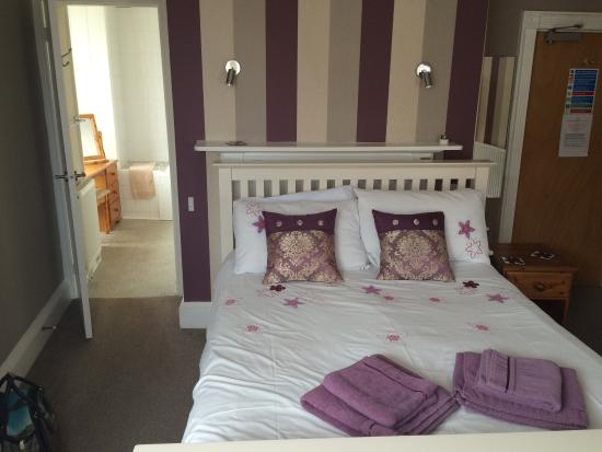 The Beach House: Fantastic room and breakfast a selection of cereals  toast and fresh juice plus fresh coffee and