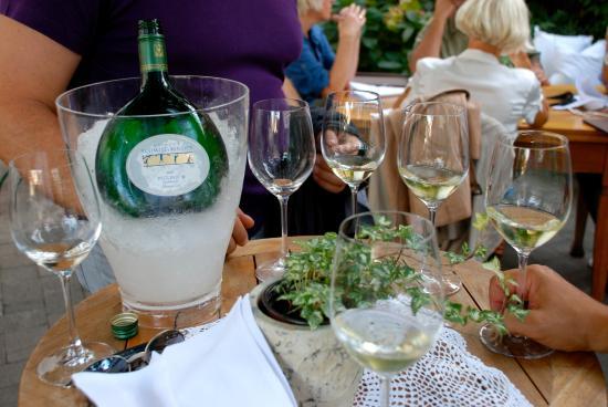 Botenheim, Deutschland: Ein Wein vorab im Garten
