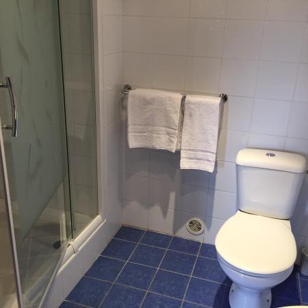 Caderousse, ฝรั่งเศส: Blick in das Zimmer und in das Bad