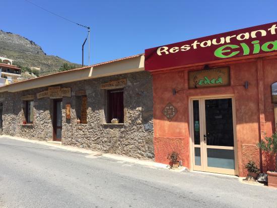 Elia Traditional Cretan Taverna: Sur la place du village, donne envie de rentrer