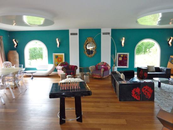 Chambres & Suites Arguibel : Quirky salon, available for guests to use.