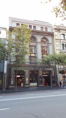 بينشونا هوتل سيدني: Entrance to Pensione Hotel at right