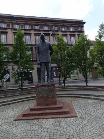 Leon Barciszewski Statue