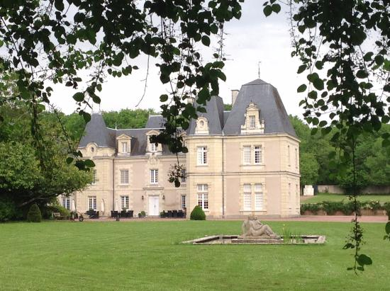 Glenouze, France: Chateau de Jalnay is contained within beautifully maintained grounds