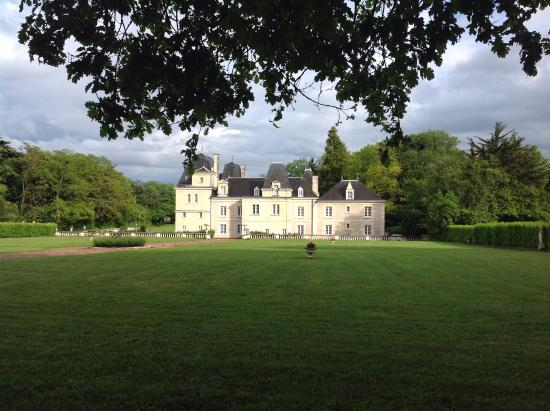 Glenouze, França: Chateau de Jalnay is a grand house, but above all a beautiful home