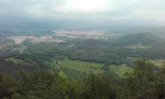 Les Preses, España: Vista de Olot y de los volcanes que la circundan desde el mirador de Xenacs
