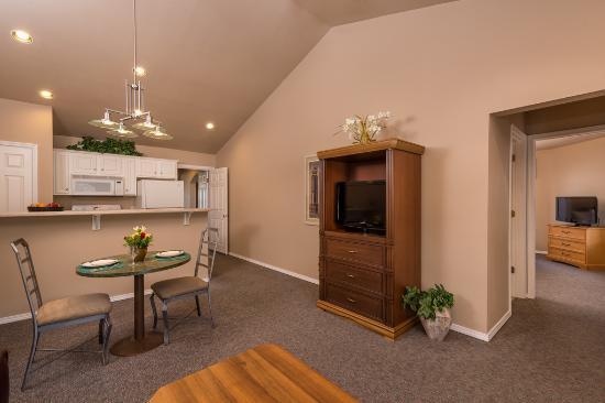 Hollister, MO: Standard Living Room