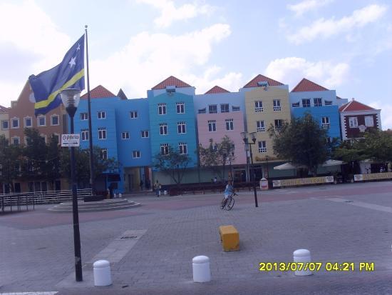 Sahara Casino: O Casino fica no térreo, no meio dos prédios ao fundo.