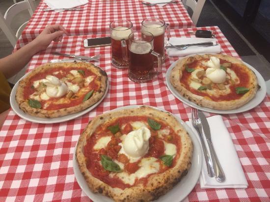 Cinisello Balsamo, İtalya: Bufalotta con burrata. Se desideri mangiare la vera pizza napoletana da Mario devi andare! Pizza
