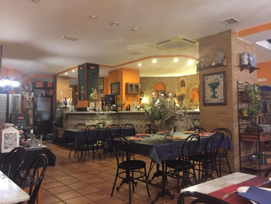 Mislata, Spanien: Gloria was wonderful!  We felt like we had been invited to her home. Our meal was excellent as w