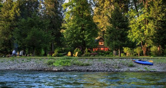 Vida, Орегон: View of the Lodge from the river