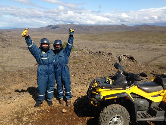 Grindavik, Islandia: My sister and I at a photo stop buying the atv tour