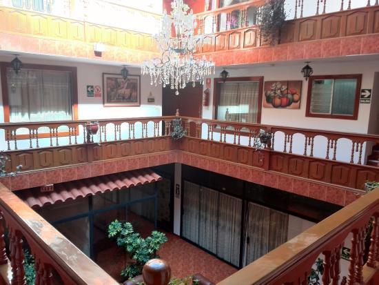 Hatun Wasi Hotel: Vista de los balcones internos desde el segundo piso