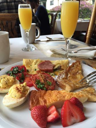 The Elk Cove Inn & Spa: Great breakfast with mimosa's
