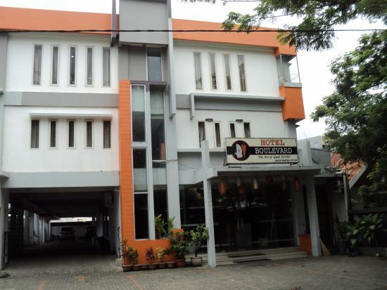 Hotel Boulevard tampak dari depan dengan warna favorit orange