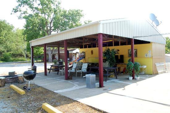 Shelbyville, IL: Pavillion with Grills, Games, Music