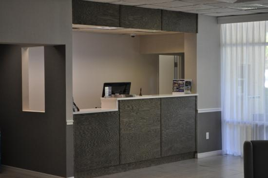 BEST WESTERN Cocoa Inn: Renovated front desk