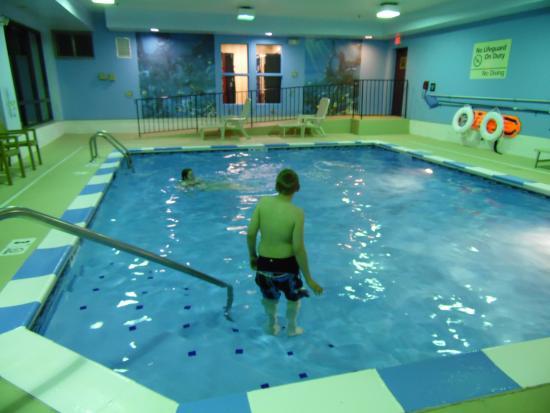 Ashland, KY: Not too big but adequate. No hot tub nor pool towels that I saw.