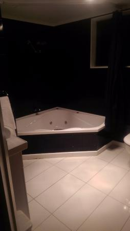 Anchorage Motel Apartments: Jet tub oh ya!