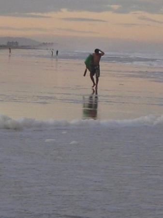 Balneário Costa Azul: Saindo da água depois de uma bela tarde pegando onda.
