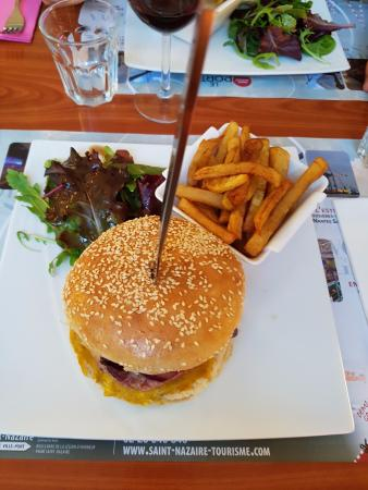 https://media-cdn.tripadvisor.com/media/photo-s/0b/6c/08/60/le-burger-nantais.jpg