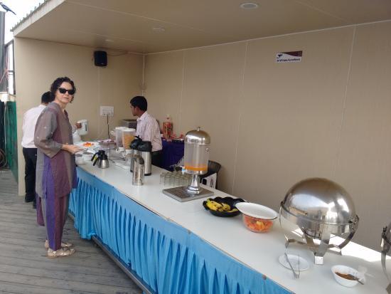 Hotel Gulnar: breakfast buffet on rooftop.