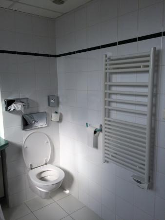 Ibis Lyon Centre Perrache : You can get a bath tub, but watch out: it's slippery. 6th floor bath is large. Towel dryer! Nice