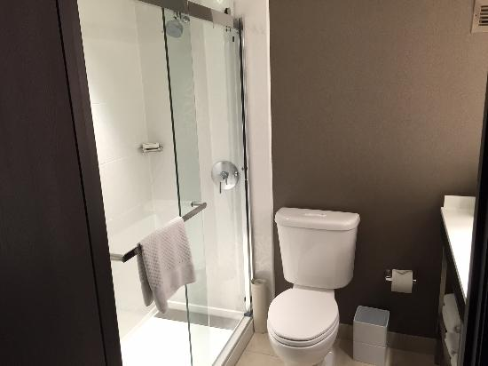 Hilton Woodland Hills/Los Angeles: Executive King Room New Walk In Showers