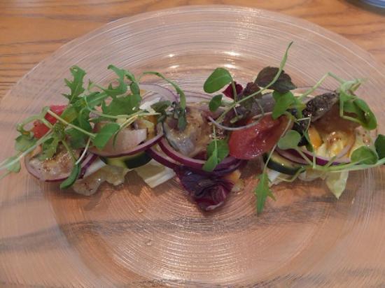 Ashiya, ญี่ปุ่น: ズッキーニなどの野菜を敷いてお刺身を載せにハーブなどの野菜を載せた盛り付けがおしゃれでした。を