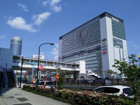 Toyoko Inn Shin-Yokohama Ekimae Honkan: Станция Shin-Yokohama, снято от дверей отеля.