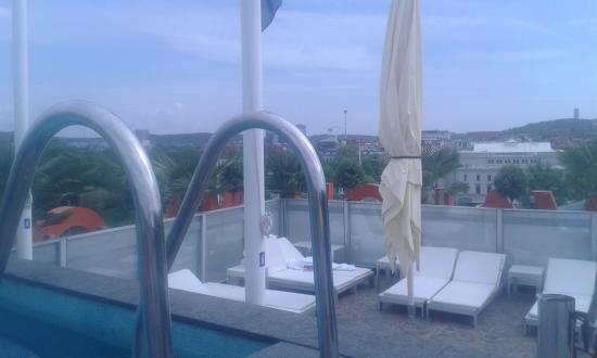 Avalon Hotel: Terrazza con piscina e lettini
