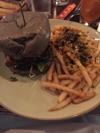 Fairfield, كونيكتيكت: Miro Burger...bun made with ube (purple yam)
