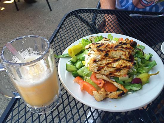 Royal Oak, Μίσιγκαν: Greek salad with grilled chicken and a refreshing Caribbean Splash