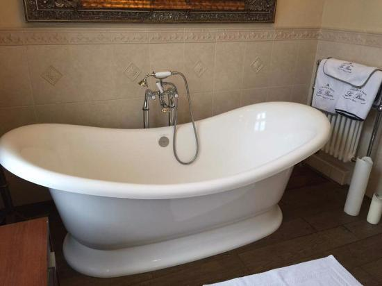 Earl Shilton, UK: Large bath and shower in the ensuite