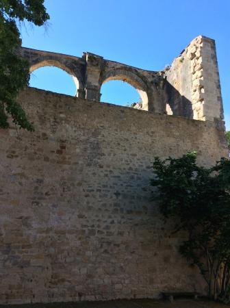 L'hostellerie de l'Eveche: Parking right next to ruins