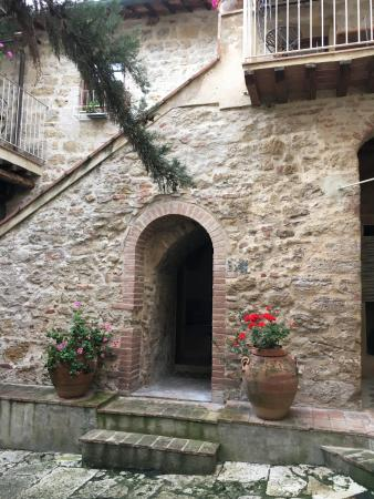 Castel San Gimignano, Italia: View of courtyard, outside of our backdoor