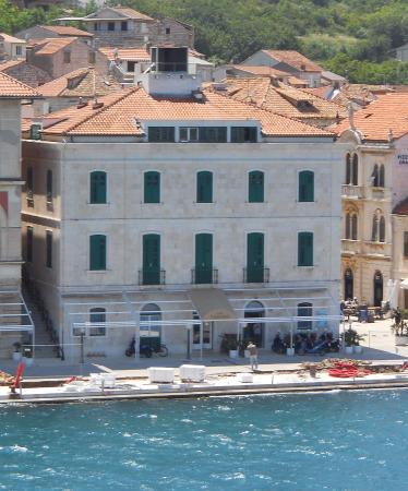 Island of Vis, Croacia: This is the outside of the hotel.