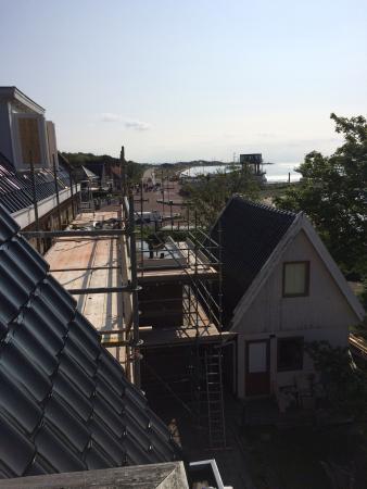 Vlieland, Países Bajos: Het pand DIRECT naast het hotel wordt grondig verbouwd . En fanatiek ; 07.30 s ochtends begon he