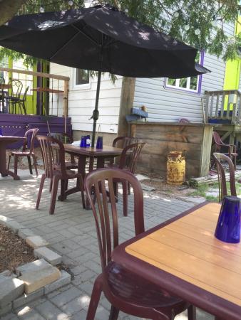 Chez Eric Cafe Bistro: Outdoor patio