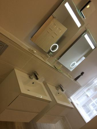 The White Hart: Double sinks and Large walk in shower room2