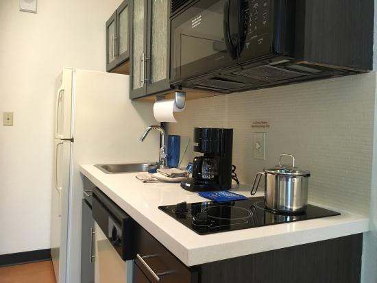 Candlewood Suites Dallas Park Central: They are so so perfect in cleans and nice smell, kitchen with full tools, popcorn, plates,,,etc,