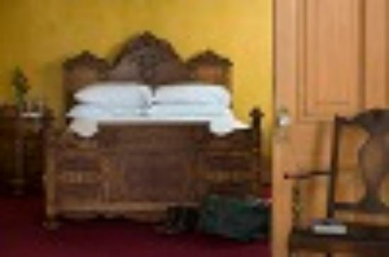 Decker Hotel: 2 Room King Parlor Suite