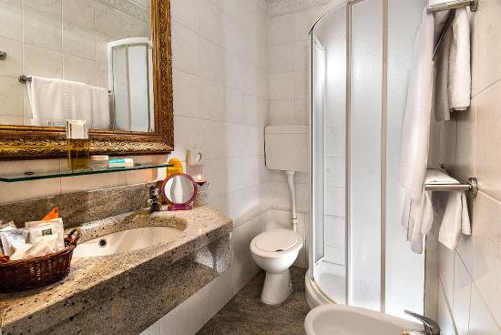 bagno con box doccia con lavandino e pavimento in marmo - Picture of Dea Hotel, Milano Marittima ...