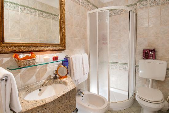 Bagno con box doccia e lavabo con piana in marmo foto di - Lavabo bagno marmo prezzi ...