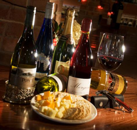 Itasca, Илинойс: Settle in for a little nibble with your wine!