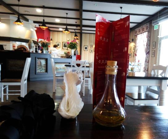 Konin, Polonia: Wnętrze z perspektywy stolika na środku sali