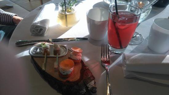 Saintes, Francia: Apéritif maison - cocktail cognac limonade romarin et thé glacé à la rose
