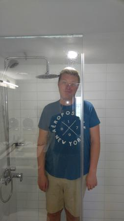 Novotel Toronto Vaughan Centre: Anyone over 6ft will have a hard time taking a shower
