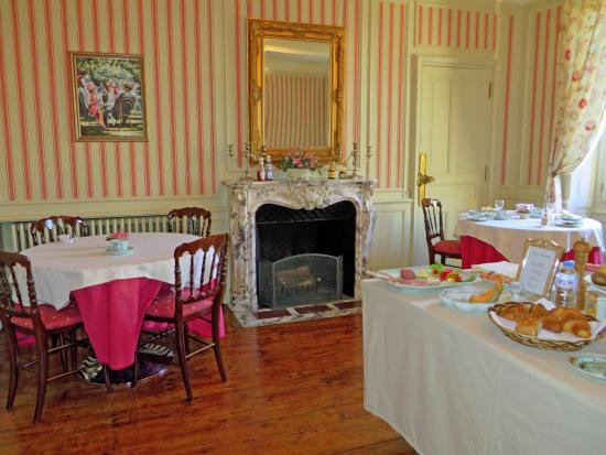 Les Cordeliers Bed and Breakfast: Lovely breakfast room with wonderful food!